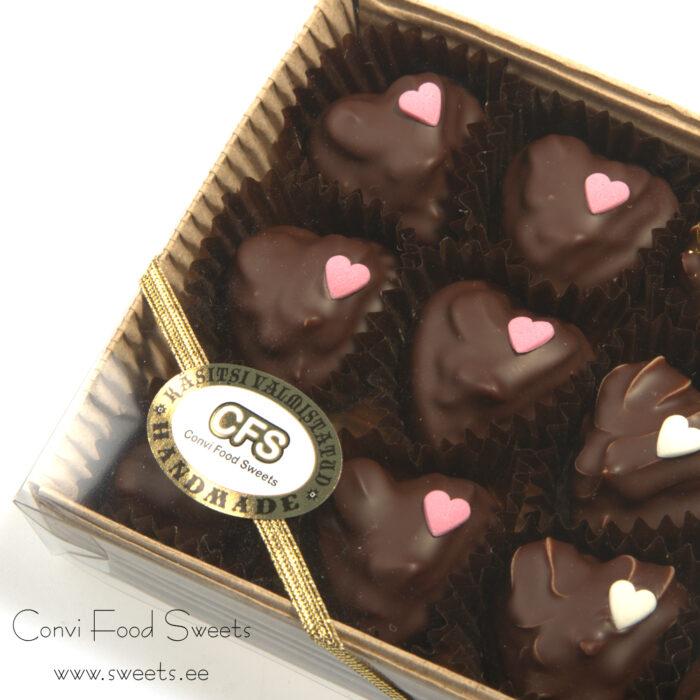 Martsipanist südamed valge šokolaadi ja karamelli kreemiga, kaetud tumeda šokolaadiga 135g